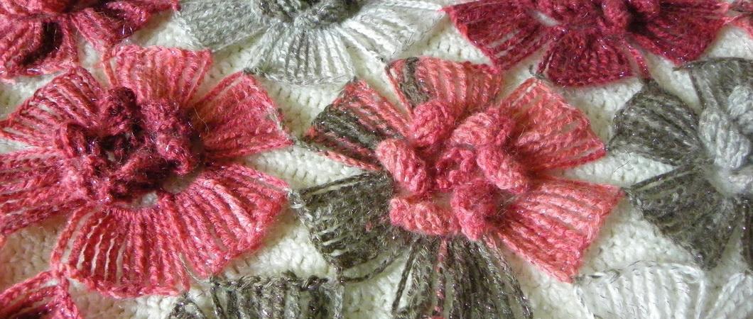 Модный шарф из цветов, связанный крючком