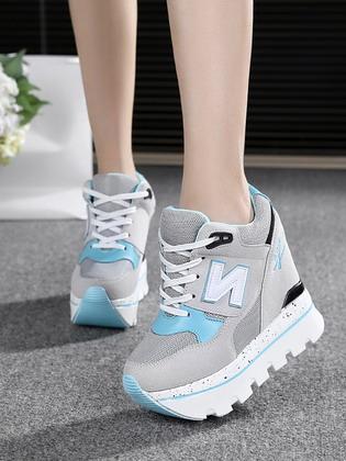 380ab50c2d30 Кроссовки на небольшой платформе присутствует в коллекциях спортивных  брендов Nike, Adidas и Puma. При создании коллекций 2019 использовались  материалы ...