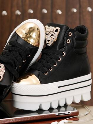 ... с подиумов на модных показах. Внимание модниц привлекают красочные кеды  на толстой белой подошве. Такая обувь является незаменимой во время  активного ... fe8d1e2ff70