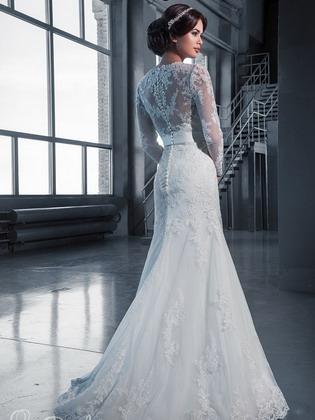 ee6e01642c0 В коллекциях многих дизайнеров на показах можно было увидеть платья с  длинными рукавами. В таких платьях главный акцент модельеры делают именно  на рукава  ...