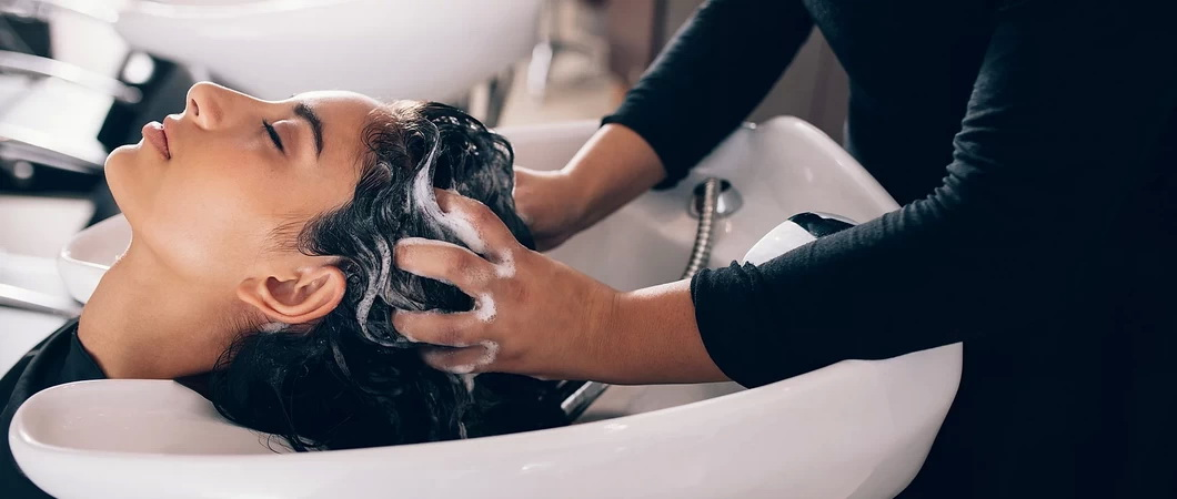 Как и чем моют голову в парикмахерской